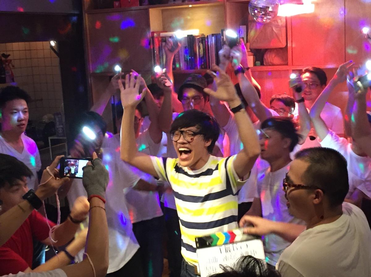 盧廣仲農曆生日慶生拍 MV 與大學同學瘋狂吶喊「麥看你ㄟ手機仔!」